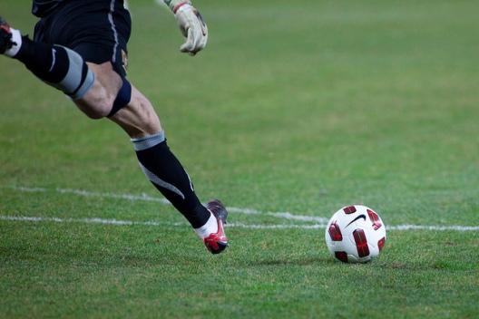 futbol-portero-chutando-saque-de-porteria