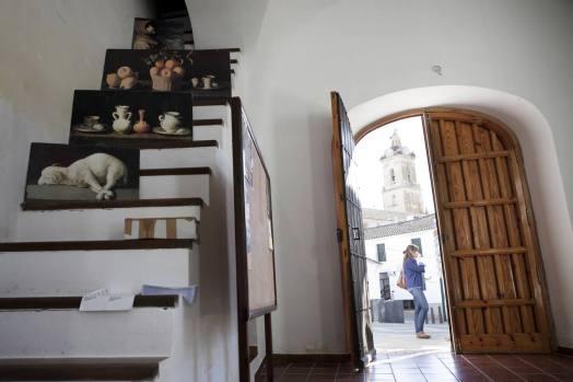 Casa de las Cultura de Fuente de Cantos. Al fondo la Iglesia de