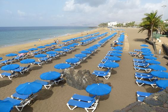 Lanzarote,_Puerto_del_Carmen,_Playa_Grande